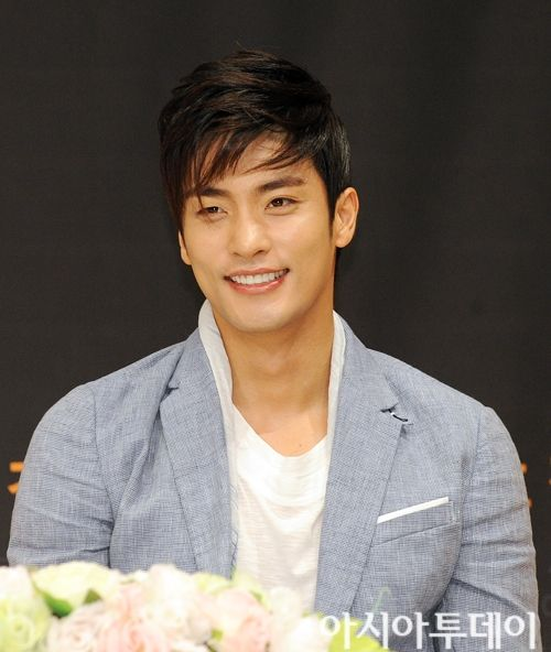 A stalker/wifey's guide to the talented, handsome and rising Korean star Sung Hoon. Never heard of him? Welcome to the dark side!