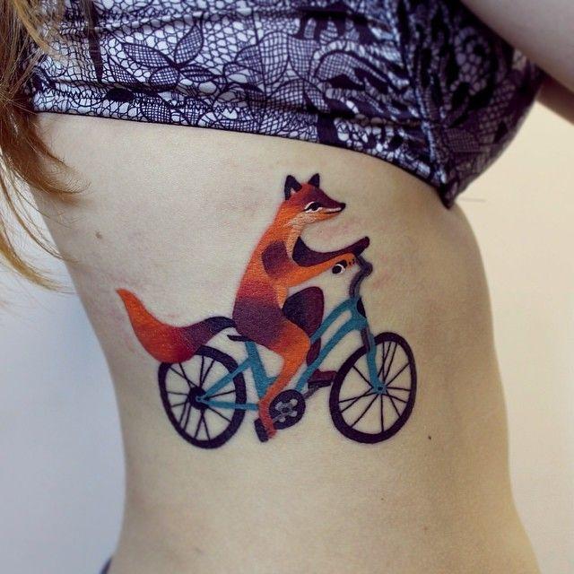 foto de tatuagem de uma raposa andando de bicicleta