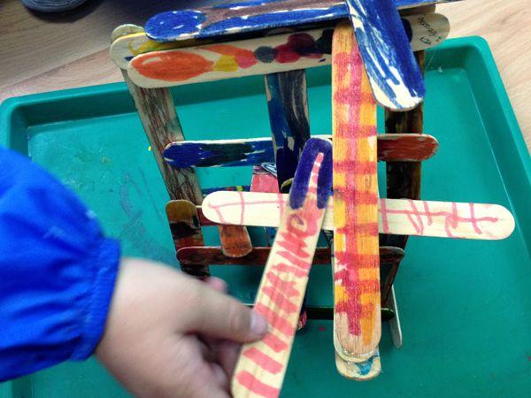 El objetivo hacer una escultura de palitos es que los niños vayan del arte en plano a la tercera dimensión, dando conocimientos básicos de volumen y experimentación de posiciones posibles e imposibles en el espacio.