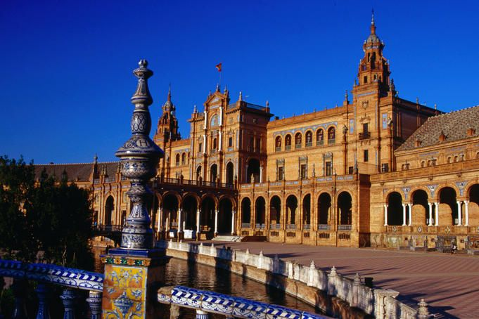 Plaza de Espana, has fountains, mini canals, row boats and traditional tile work. I can't wait!!