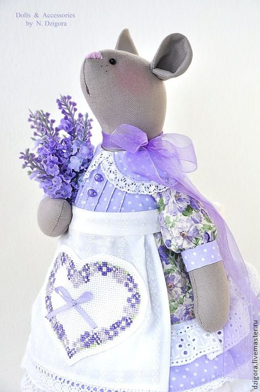 Мышка Фифи - очаровательная хозяюшка, хранительница красоты и уюта, в нарядном платьице с множеством оборочек и рюшей, в белом накрахмаленном фартушке, украшенном ручной вышивкой, и пучком лаванды. Рост мышки около 30 см. Сшита из плотного хлопка, наполнена холлофайбером, шикарное платье, панталончики и фартушек - хлопок, оторочены кружевом и прошвой.