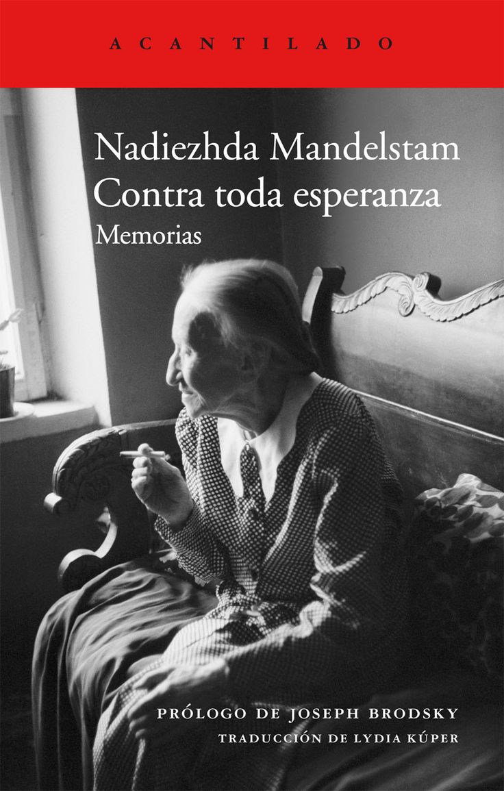 """""""Contra toda esperanza: memorias"""" Nadiezhda Mandelstam. Tras su primera detención en 1934, el poeta Ósip Mandelstam, uno de los mayores del siglo XX, permaneció en el exilio en Vorónezh durante tres años hasta su deportación; la muerte le llegó en 1938, en un campo de tránsito hacia Siberia. Su viuda logró escapar y en 1956 se le permitió regresar a Moscú. Allí comenzó este relato en el narra las trágicas vivencias de su marido y sus compañeros de generación."""
