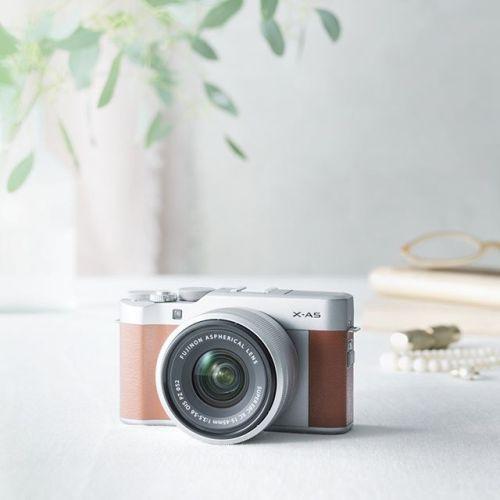 新製品発表 ミラーレスデジタルカメラFUJIFILM X-A5 . この度弊社は361gの小型軽量ボディに像面位相差AF対応の新開発2424万画素センサーを搭載したミラーレスデジタルカメラFUJIFILM X-A5を発売いたします . FUJIFILM X-A5の主な特長 キットレンズXC15-45mmF3.5-5.6 OIS PZとの組み合わせでXシリーズズームレンズキットとして最軽量の496gを達成 処理速度が1.5倍に向上した画像処理エンジン搭載 AF速度を2倍に高速化したインテリジェントハイブリッドAF搭載 135gと小型軽量ながらレンズ前約5cmまで寄れるキットレンズXC15-45mmF3.5-5.6 OIS PZ 一度の充電でクラス最高となる450枚の標準撮影枚数を実現 新搭載Bluetooth low energy技術によりInstagramなどSNSとの連携を強化  4K動画4K連写マルチフォーカスなど充実した撮影機能を搭載 . 発売日 X-A5 レンズキット2018年2月15日(木) X-A5 ボディ 2018年2月22日(木)…