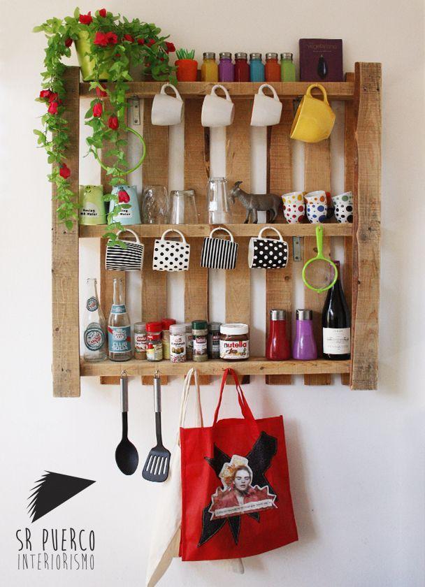 Estante de pallets para colocar canecas, bolsas ou outros utensílios