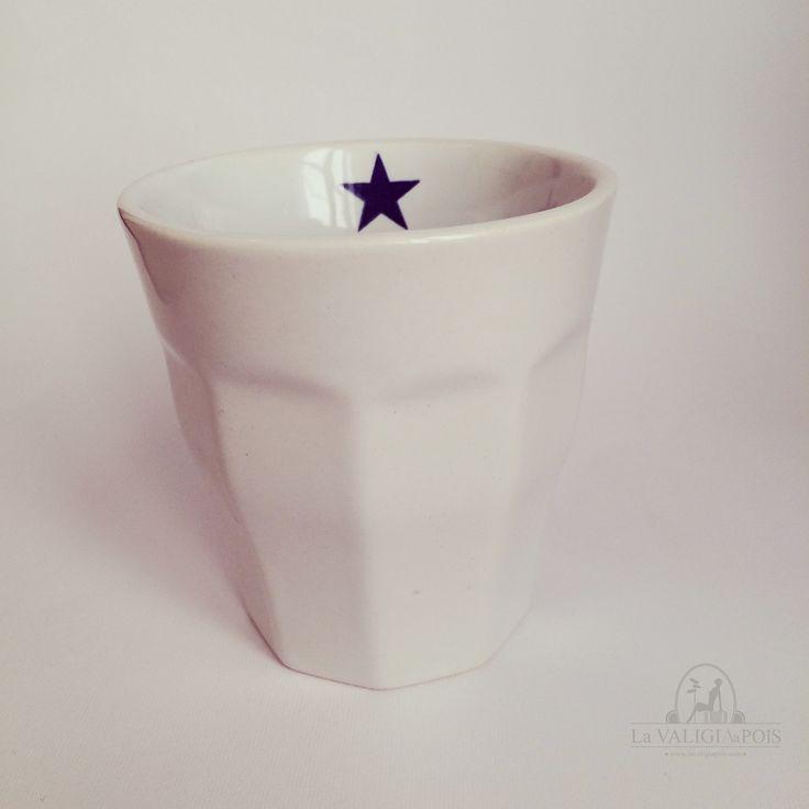 Delizioso bicchiere in ceramica bianca con all'interno una piccola stella blu.