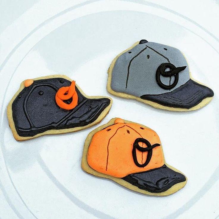 #baltimore #orioles #baltimoreorioles #mlb #mlbcap #baseball #cookies #decoratedcookies #sugarcookies #decoratedsugarcookies #customcookies #edibleart #galletas #galletasdecoradas #decoraciondegalletas #cookieart #eatyourartout #wiltoncakes #bakedwithlove #cookiesdelmundo @msweeney_12 @erins_weeney @littlelanie