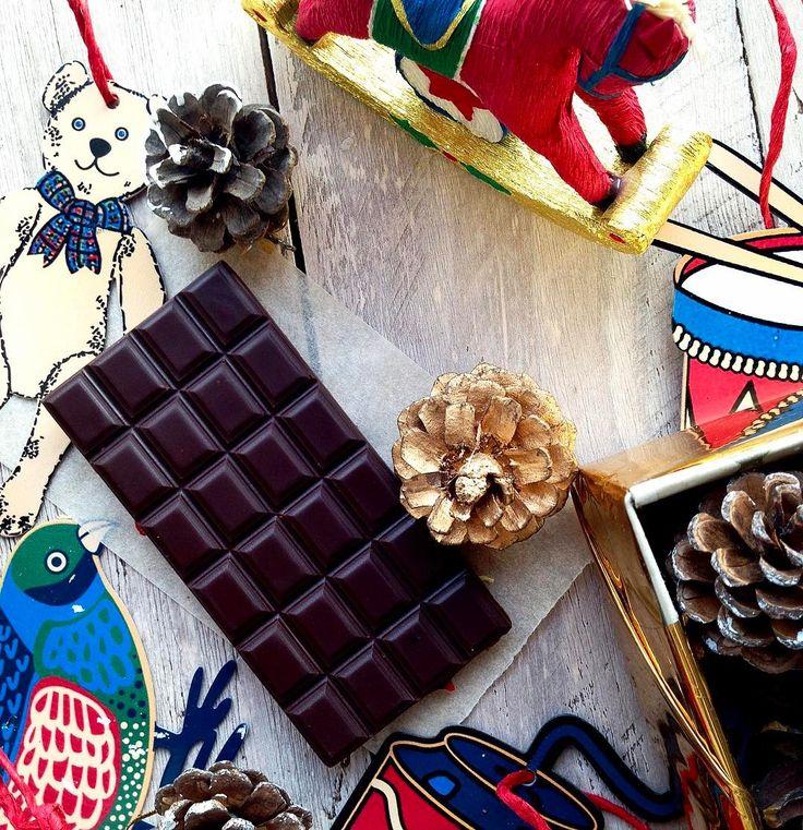 В составе настоящего действительно полезного шоколада должно быть всего несколько ингредиентов (три): какао-масло холодного отжима сырой какао-порошок (или паста из какао бобов) и натуральный подсластитель например сырой органический кокосовый сахар и все!  Что же мы наблюдаем в составе коммерческого шоколада? Да какао-масло и какао-порошок (как правило алкализованный) присутствуют. Качество этих какао продуктов никогда не указывается. Также вместе с ними используются растительные масла…