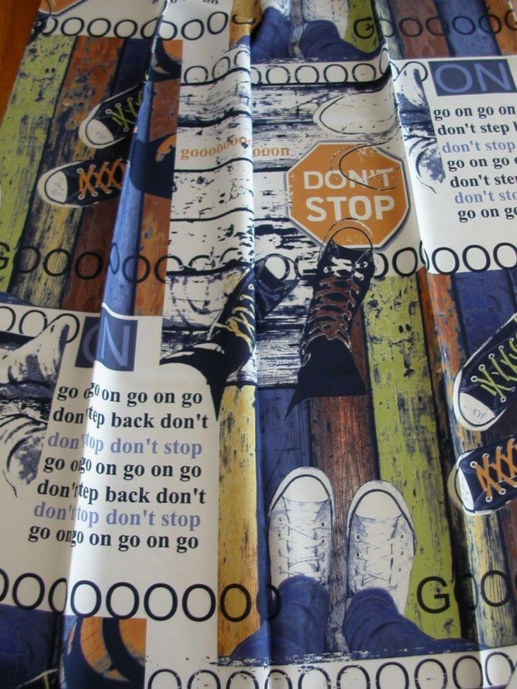 Kék/drapp/sárga színes cipő mintás, fiatalos sötétítő függöny, egy oldalon mintás