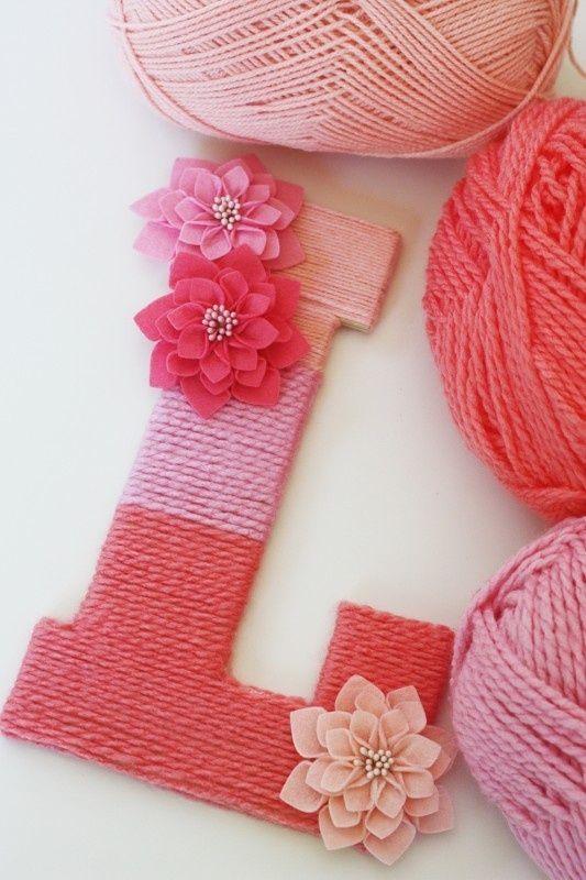 Lief! Draai verschillende kleuren wol om een houten letter. Dit alleen is al leuk, maar je kunt er ook nog bloemen op bevestigen.