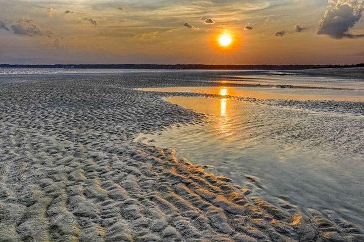 Hilton Head Sunsets Spots! Learn where to go to see some of the best sunsets in South Carolina. We rounded up popular and remote locations, so check them out! #sunset #itripvacations