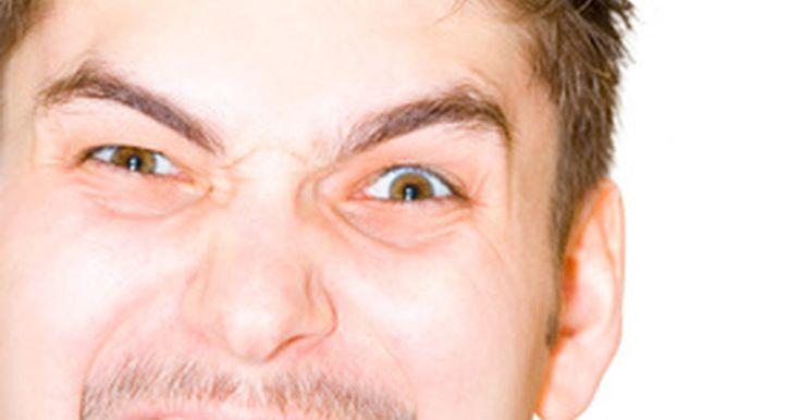 Síntomas de la lengua cubierta. Una condición esencialmente inocua, la lengua cubierta, puede darse cuando se daña la superficie de la piel con bebidas calientes o alimentos, o puede ser provocada por el uso de productos de tabaco. Los síntomas de una lengua cubierta no son dolorosos ni peligrosos.