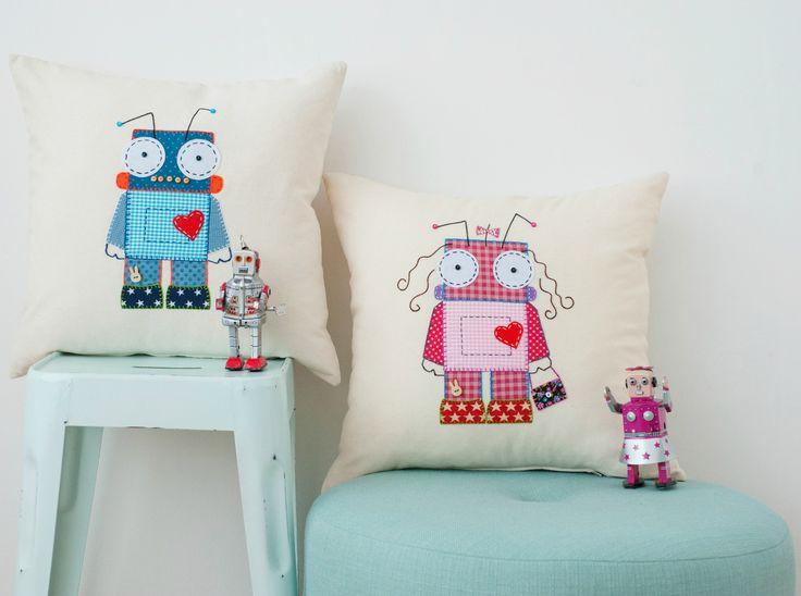 Cojines RoBot NeNe-NeNa bordados a mano con aplicación de telas, fieltro y botones.  shop.bolitababy.com