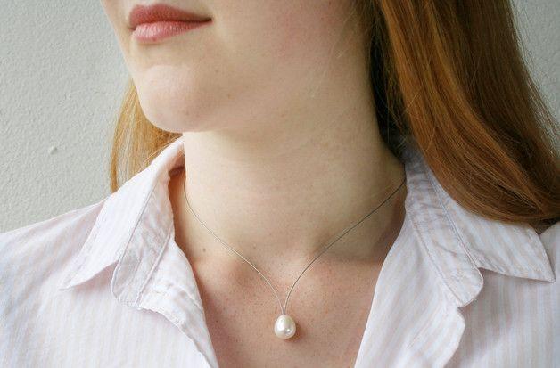 Edelstahl Perlencollier mit echter Süßwasserzuchtperle.  Das V- förmige Collier ist aus einem 0,6mm starken Edelstahldraht gefertigt. Es lässt sich mit einem 925 Sterling Silber Federring...