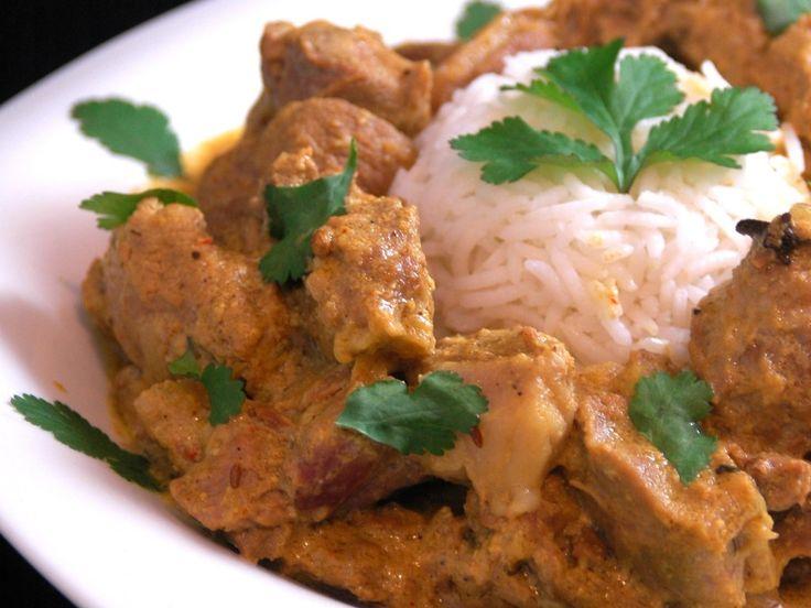 mouton, beurre, oignon, ail, curry, couteau, safran, poivre de cayenne, coriandre en grains, clou de girofle, cumin, cannelle, cardamome...