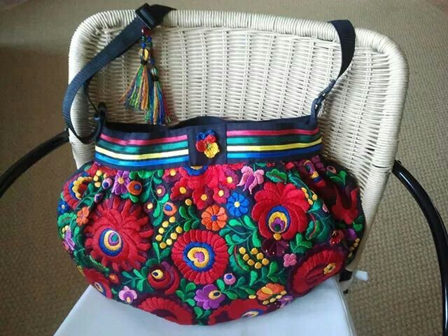 SillybagS 'Sara'. Vernoemd naar mijn moeder omdat zij het Roemeense tafelkleed, waar de tas van is gemaakt, ooit kocht.