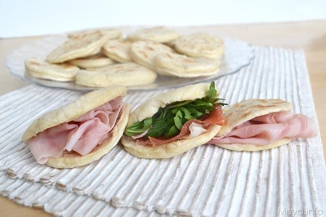 Le tigelle o crescentine sono delle focaccine modenesi, hanno un impasto fatto con farina, strutto, lievito e acqua e vengono farcite con salumi, verdure o con