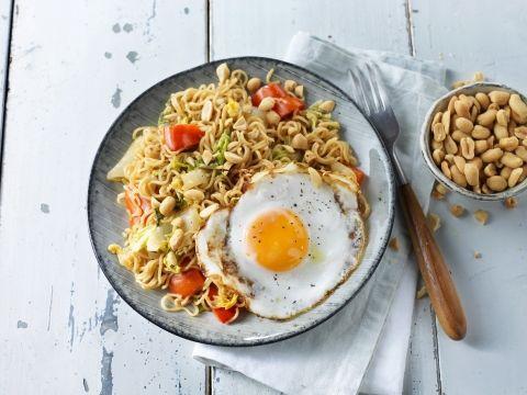 Noedel roerbak met Chinese kool, papirka en gebakken ei