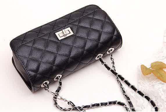 20362 Black Tinggi : 11cm Lebar : 22cm Tebal : 6cm Cara Buka : Lock Tali Panjang : Ada Bahan : PU 500 gram 127.000 #fashion #bag #tas