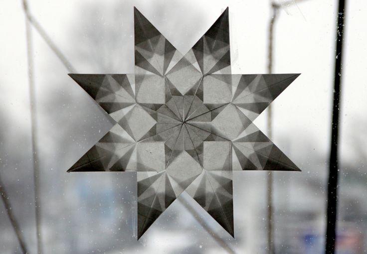 Eine meiner liebsten Beschäftigungen an diesen Tagen zwischen den Jahrenist das Falten von Transparentsternen. Ich mag diesen Fensterschmuck unwahrscheinlich gerne - die Sterne sehen so zart aus, leuchten so kraftvoll und ich kann mich an all den verschiedenen geometrischen Formen und Effekten überhaupt nicht satt sehen. Für mich sind sie kein Weihnachtsschmuck, sondern schöne Begleiter durch den ganzen Winter, die hier gerne bis in den Februar hinein hängen dürfen.Ichhabeein sehr…