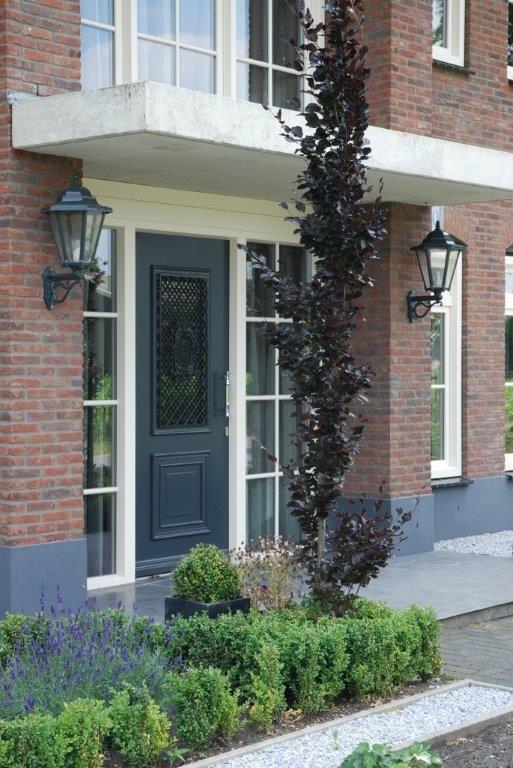 #nostalgische deur met #sierrooster. #Voordeur polytec www.denkit.nl