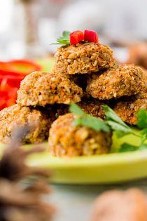 DióFasírt - Hozzávalók kb. 80 fasírthoz:  40 dkg áztatott dió (ennek egy része lehet a diótej készítésénél megmarad diópép) 35 dkg zöldség vegyesen (sárgarépa, zeller, édes hagyma, cukkini, fehérrépa nagyjából egyforma mennyiségben) 4-5 darab olajban eltett aszalt paradicsom 1-2 teáskanál himalája só fűszerek tetszés szerint (őrölt bors, majoranna, kakukkfű, borsikafű, őrölt pirospaprika stb. persze ezek nem mind...)