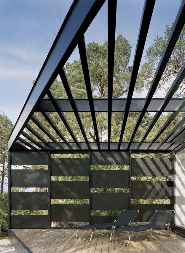 Arkitektritade sommarhus - www.sommarnojen.se #architecture #exterior #skandinaviskdesign #skandinaviskarkitektur #sommarhus #fritidshus #pergola #altan