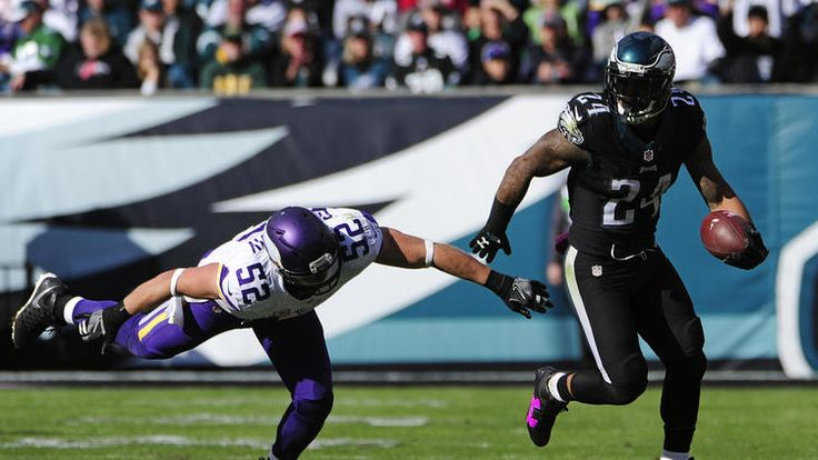 Running back Ryan Mathews #24 of the Philadelphia Eagles runs past outside linebacker Chad Greenway #52 of the Minnesota Vikings in the third quarter at Lincoln Financial Field on October 23, 2016 in Philadelphia, Pennsylvania. The Eagles defeated the Vikings 21-10. (Photo by Corey Perrine/Getty Images