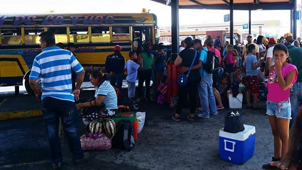 """Detienen a personas por revender boletos en el terminal de Maracay /  Usuarios del terminal terrestre de Maracay denunciaron sobreprecios de los boletos desde Aragua principalmente hacía el estado Táchira. El encargado de la Guardia Nacional Bolivariana (GNB) del terminal, José Zambrano,informó que unas personas fueron detenidas dentro del terminal, """"que vendían los boletos de 100 mil bs a 200 mil"""". Según Zambrano, se"""