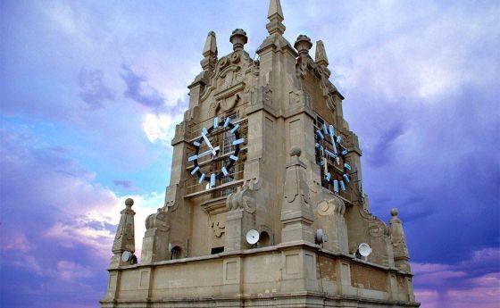 El reloj de Telefónica muda al azul / @Victoria Benayas + @el_pais_madrid   #madridmemata