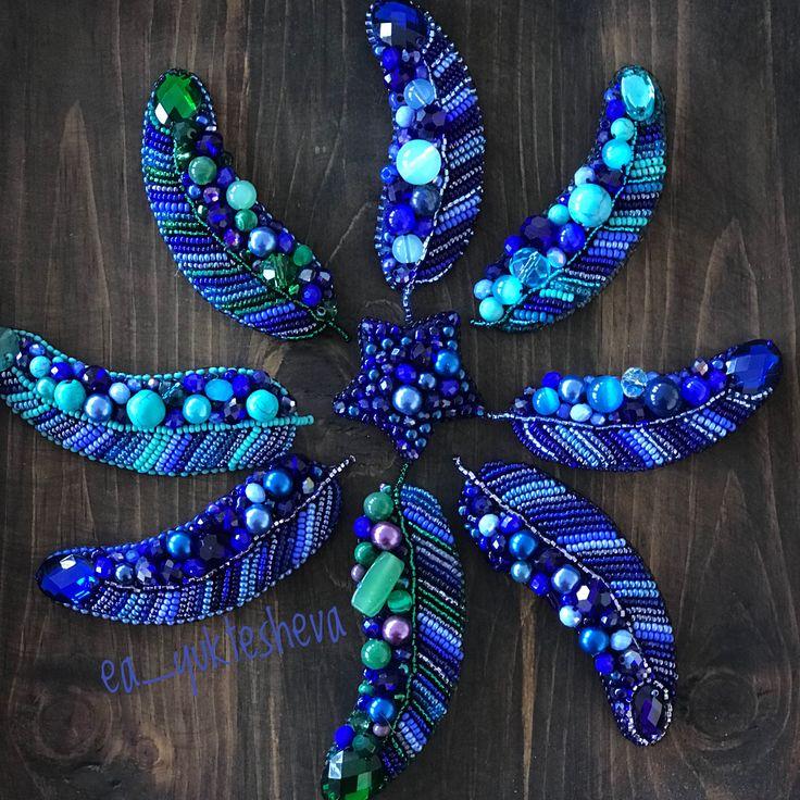 Брошь- перышко из бисера. Синее, бирюзовое, зеленое, фиолетовое.