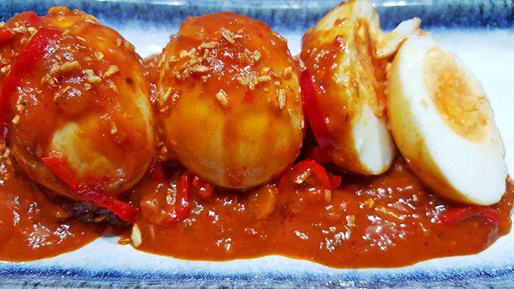 Sambal goreng teloris een eiergerecht dat vaak onderdeel is van een Indonesische rijsttafel. Gekookte eieren, geserveerd in een pittige saus. Heerlijk!