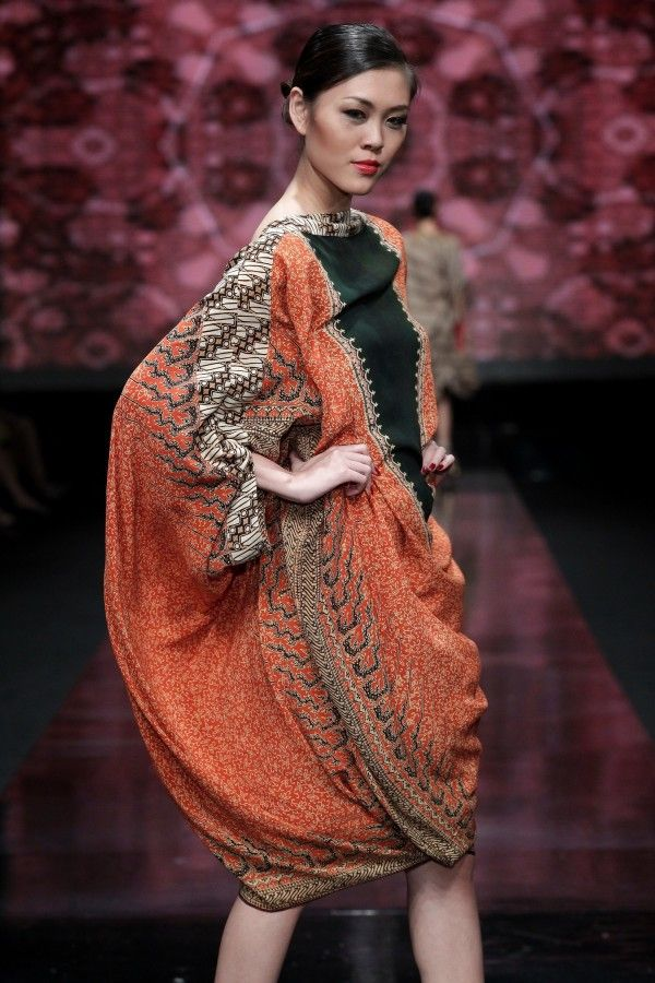 Jakarta Fashion Week 2012  Indonesian Batik is fashionable.