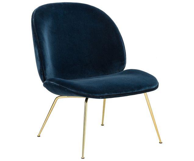 Dänisches Design vereint sich mit italienischen Einflüssen und herauskommt der bequeme Sessel BEETLE. Die vorgeformte Sitzfläche ist vollständig mit dunkelblauem Stoff ummantelt und wird von einer abgesetzten Naht geziert. Holen Sie sich das formschöne Design von Gubi nach Hause und entspannen Sie auf dem stylischen Sessel.