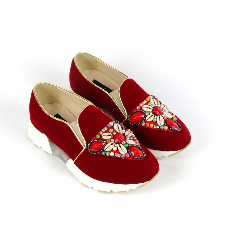 Tenișii de damă Mineli Royal Red îmbină perfect esteticul și utilul, fiind un model sport realizat din catifea elegantă armonizat cu detalii prețioase ce vor oferi o notă sofisticată oricărei ținute.