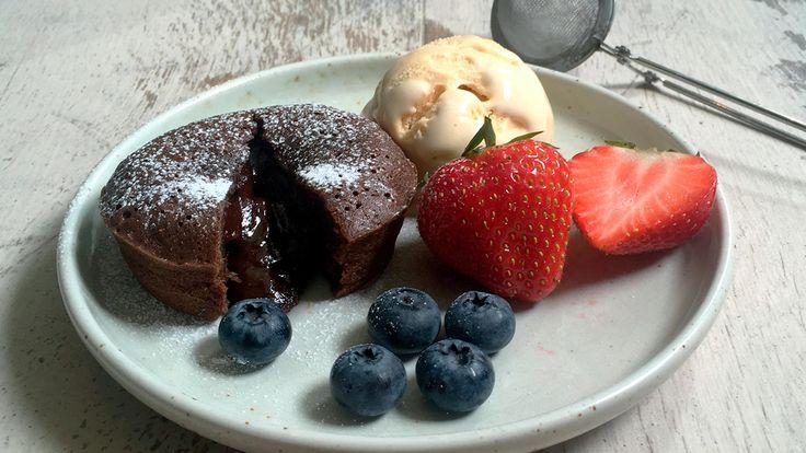 Deilig og enkel oppskrift på hjemmelaget sjokoladefondant. Den perfekte sjokoladefondanten er så herlig rå i midten at sjokoladen renner litt ut når du setter skjeen i den. Kaken er en soleklar dessertfavoritt.