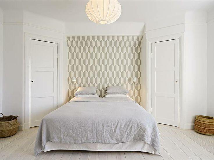 Liknar vårt ev. master bedroom, fast med sneda inbyggda garderober. Snygg med tapet som sänggavel/fondvägg.