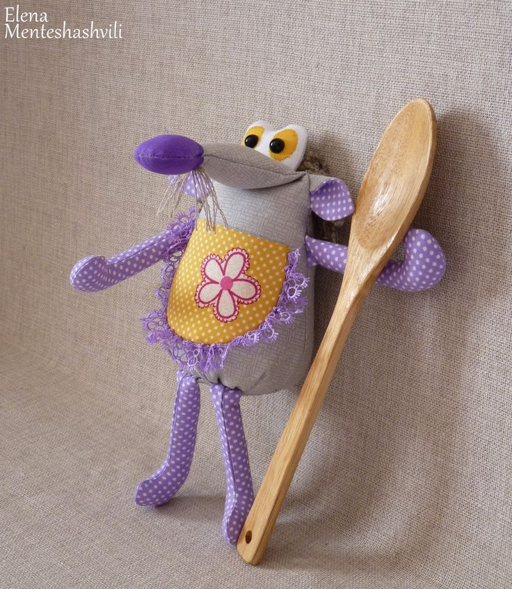 Крыска Лариска- лучшая помощница на кухне.