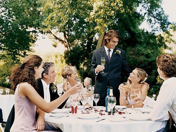(7) Aux États-Unis, les futurs marié sont prêts ? Alors répétons ! En voilà une drôle d'idée ! Les américains s'y connaissent en show, mais pour être au point, il faut répéter ...... et à son mariage, on n'y échappe pas ! Le << rehearsal dinner >> au lieu la vielle du mariage avec les proches pour se retrouver autour d'un bon repas. Quand on pense à leurs somptueux wedding cake (dont on compte s'inspirer), on veut bien écouter tous les discours du monde.