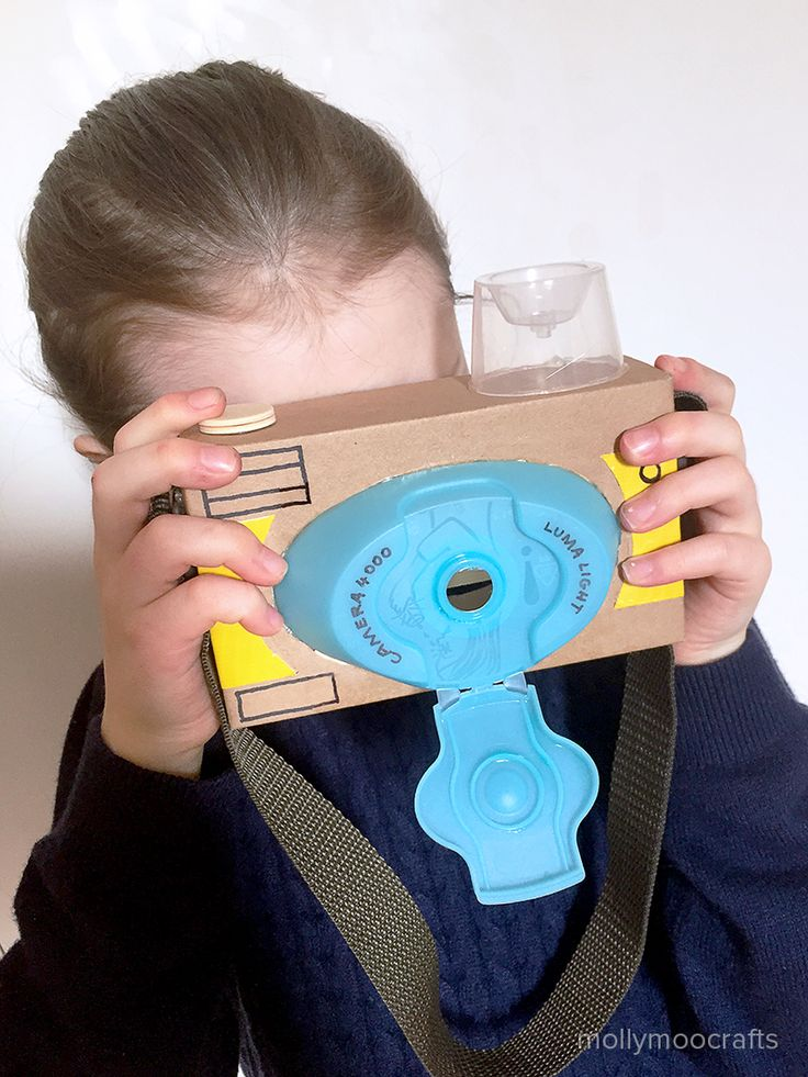 How to make a cardboard toy camera - 20min or less quick craft to make with or for your children // mollymoocrafts.com