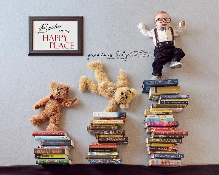 Das entzückende 3-monatige alte Babytanzen mit betrifft Bücher mit Zeichen. Bücher sind mein glücklicher Ort. Baby und Bären haben Nerdbrillen und Fliegen. Preciou …