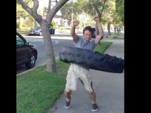Du hula hoop avec un pneu de tracteur [video] - 2Tout2Rien