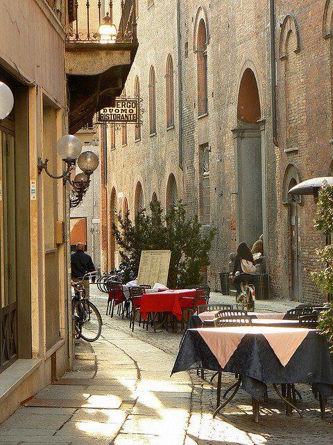 Cremona, Italy   -  Ahí tomando vino blanco y una ensalada con mi amado