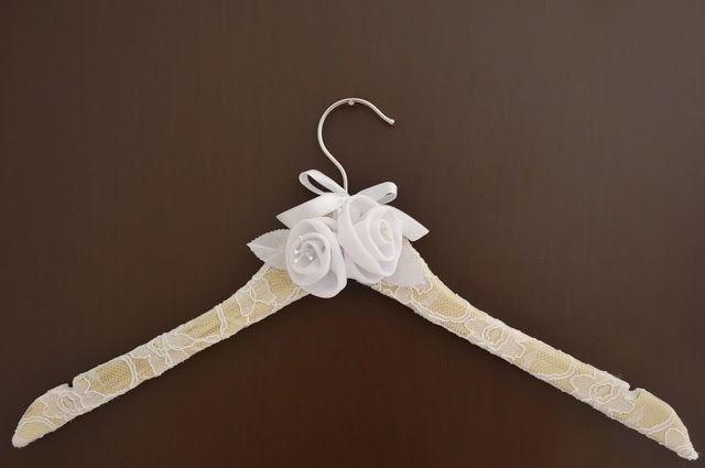Casamento feito à mão: Cabide de noiva revestido com renda