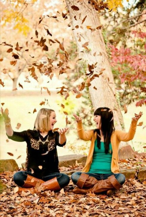 Best friends photoshoot in autumn