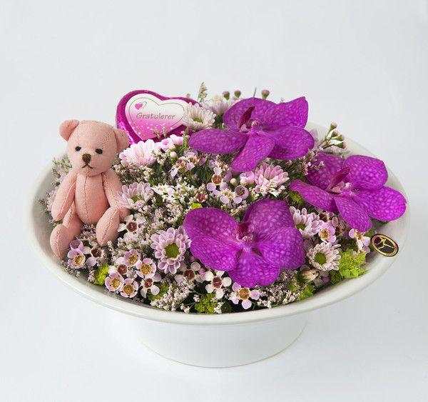 Rosa dekorasjon med bamse og sjokoladehjerte fra Interflora. Om denne nettbutikken: http://nettbutikknytt.no/interflora-no/