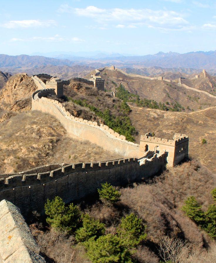Avant de partir pour ce voyage autour du monde, nous avions défini les pays dans lesquels nous avions envie de poser nos sacs mais avions très peu d'idées précises sur des itinéraires ou des lieux que l'on ne voulait pas manquer à l'exception de la Grande Muraille de Chine. La muraille de Chine sur laquelle nous rêvions de passer la nuit et y marcher seuls tel des grands aventuriers. #chine #muraille #china #trek #insolite