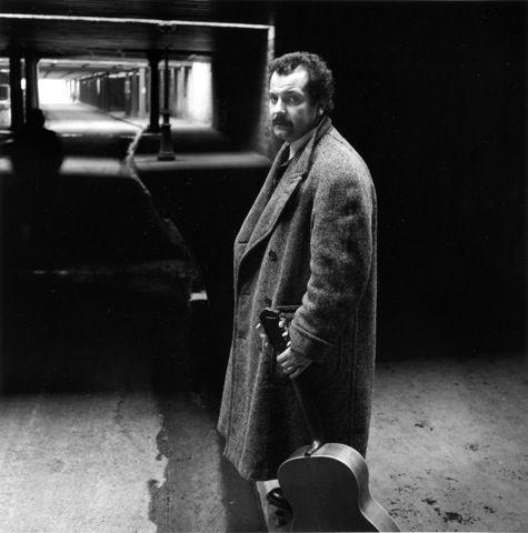 Robert Doisneau // Georges Brassens rue Watt février 1953.