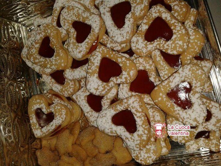 http://www.lacuocavalentina.it/2013/12/biscotti-di-pasta-frolla-con-cuore-di-marmellata-per-natale/