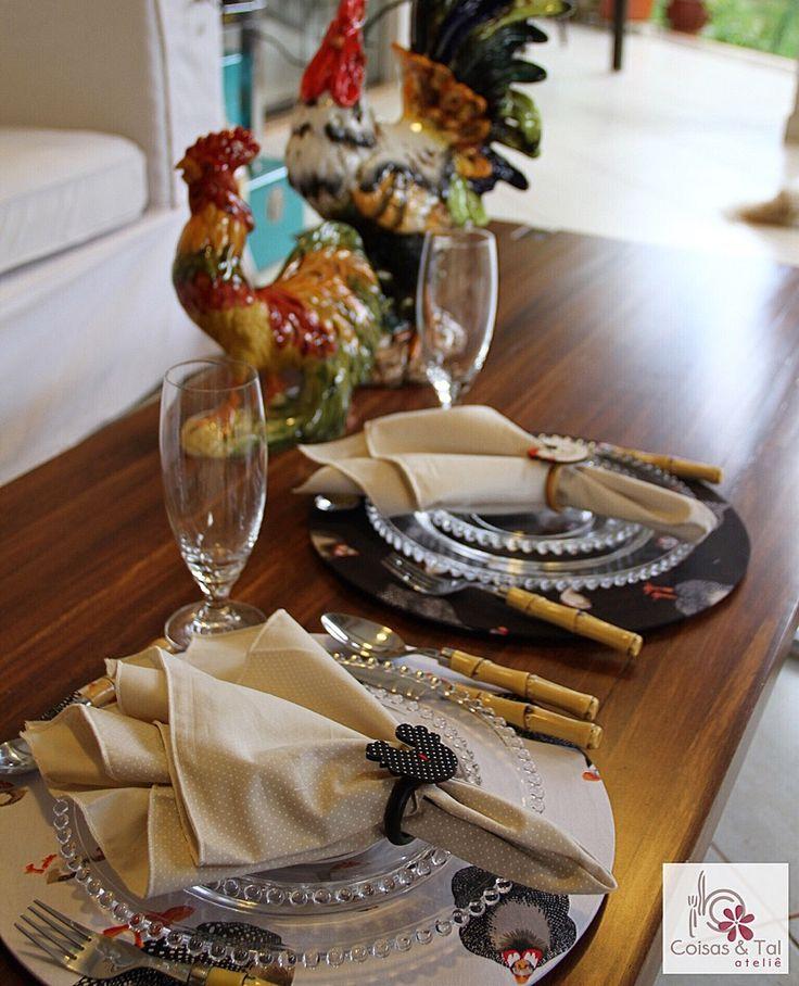 Jogo Caipira Capas de sousplats estampa galinha d'angola, guardanapos de poás e porta-guardanapos de galinhas 😍 contatocoisasetal@hotmail.com 🦃🐓🦃🐓🦃🐓🦃🐓🦃🐓🦃🐓