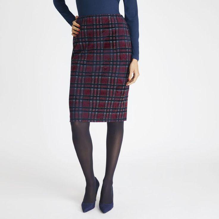 Preciosa falda de cuadros, en tonos rojos y azules, perfecta para mantener tu estilo sofisticado.